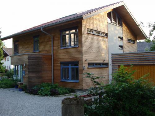 Haus im Sommer von der Einfahrt aus betrachtet