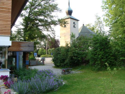 Evangelische Kirche nebenan im Sommer