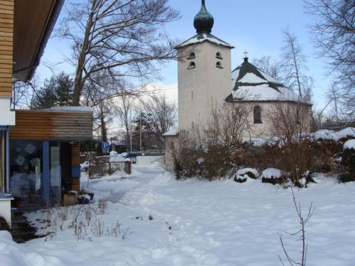 Evangelische Kirche nebenan im Winter